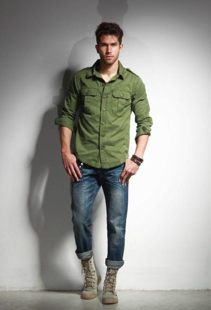mężczyzna w jeansach - stylizacja z zieloną koszulą